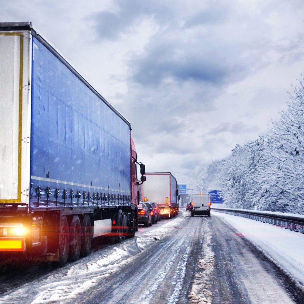Autobahn im Winter mit Stau