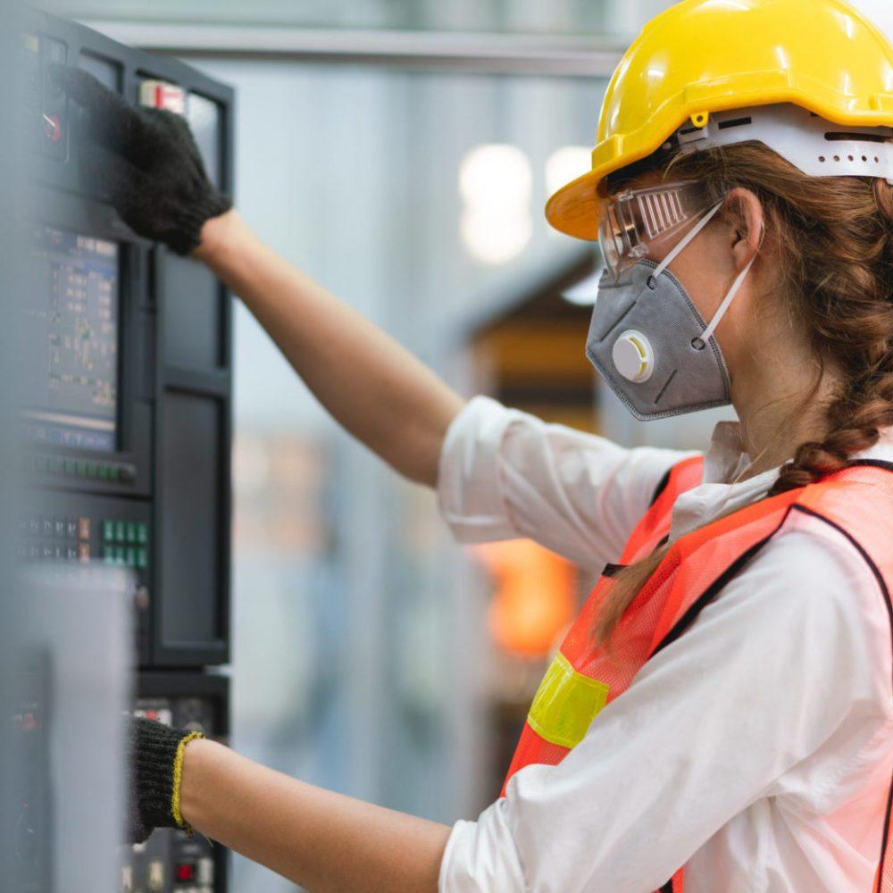 weibliche Ingenieurin an Maschine